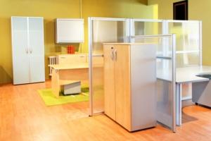 Büro nach Maß mit Raumteilern und Stellwänden