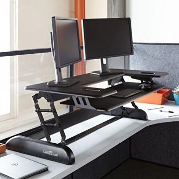 VARIDESK Cube Plus 48 Sitz-Steh-Schreibtisch - Steharbeitsplatz im Einsatz