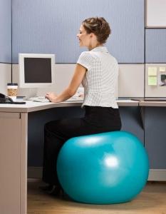 Ein Sitzball im Büro ist sehr Rückenschonend